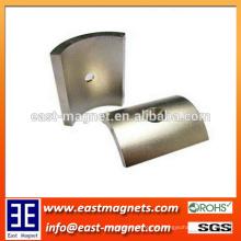 Gesinterter Neodym-Motor-Bogen geformter Magnet / gebogener Seltenerd-Magnet mit contersink Loch auf ihm