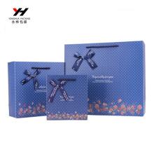 Blaue Blumenmuster-Geschenk-Papiertüte mit Bandbogen