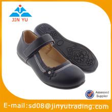 Zapato negro de la muchacha de la escuela 2015