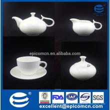 Хороший чайный сервиз с тонкой фарфоровой чашкой и блюдом