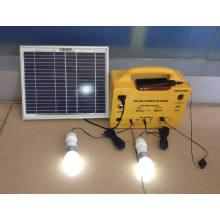 Système d'éclairage solaire de maison portative avec le chargeur mobile