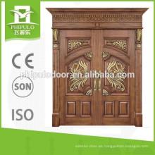Puerta doble de madera de alta calidad con buen color.