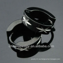 Moda de acero quirúrgico aro pendientes hombres grabados patrón negro huggies pendientes HE-096