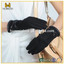Art und Weisefrauen, die Bogenleder-Schaffell-Velourslederhandschuhe tragen