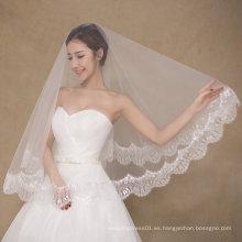 Diseño simple de una capa de novia de la boda velas