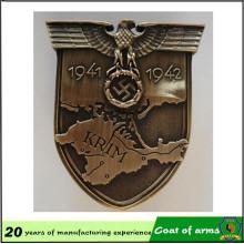 Emblema de forma de escudo de metal con su diseño