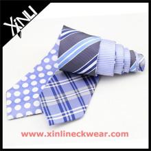 Laços de seda reversíveis dos homens em dois gravatas diferentes dos homens da manta e do às bolinhas dos projetos