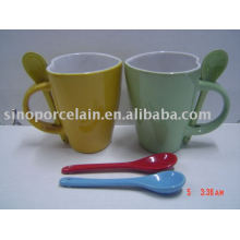 Taza de cerámica en forma de corazón con cuchara