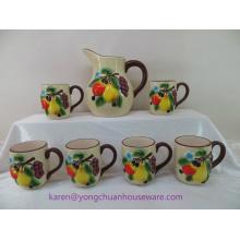 Jarra de cerámica pintada a mano con mango y tazas