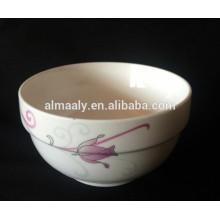 Белая керамическая миска для салата с наклейками