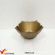 Flor dourada fantástica em forma de pequenas tigelas de madeira artesanais