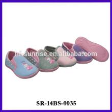 El último zapato de bebé de la manera del niño