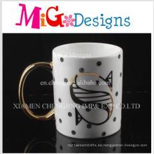 Superficie de la manija de Aureate con una letra tazas de café de cerámica