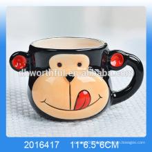 O macaco bonito deu forma à caneca cerâmica da mousse, copo mousse cerâmico