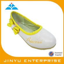 Zapatos elegantes del ballet de los niños