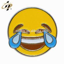 Usine en gros moulage de métal émail doux sourire visage badges