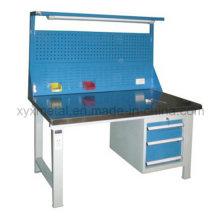 Stahlwerkzeuge Schubladen Arbeitstisch Werkbank mit Werkzeugen Wand und Licht
