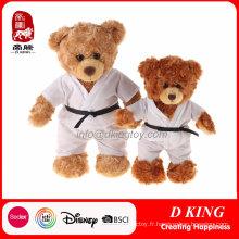 un couple de jouet d'ours en peluche d'uniforme de taekwondo