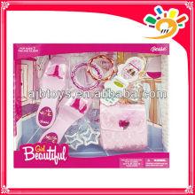 Las muchachas hermosas plásticas fingen el juguete del juego, el zapato del juguete de la belleza del partido, el bolso del juguete,