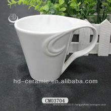 Tasses blanches en céramique avec poignée