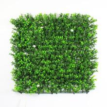 Seto artificial del boj del topiary con el plantador para la pantalla de privacidad del balcón