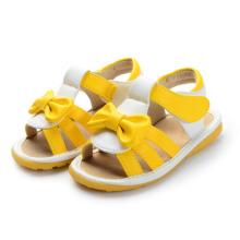 Gelbe Baby-Sandalen mit einem niedlichen Bogen