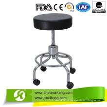 Cadeira usada da enfermeira do equipamento do hospital
