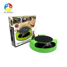 Le chat mignon mignon joue le tampon à gratter de chat avec le chasseur de souris Kitty Scratcher le jeu rond