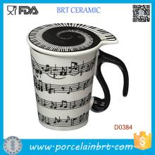 Notes musicales tient la tasse en céramique de lait de café de chanson de piano