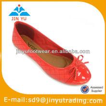 Zapatos de cuero rojos atractivos