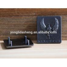 Liga de zinco personalizado gravado placa de metal logotipo com padrão em relevo
