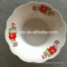 tigela de salada de porcelana com borda de corte e decalque