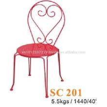 Meuble en métal - chaise rouge