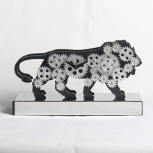 Активные милые часы льва с движущимися механизмами