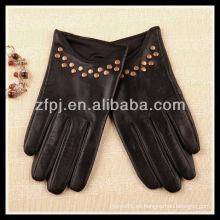 Las nuevas señoras del estilo que usan el custome hicieron los guantes de cuero