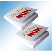 Notes collantes blanches pures avec la reliure imprimée. Emballage de boîte de PVC