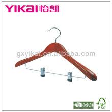 Cereja cor cabide de madeira com ombros largos clipes de metal para calças