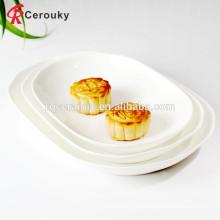 Столовая для столовой использует микроволновую белую тарелку с фруктами