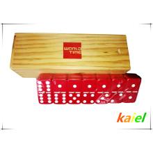 Doppelter roter Dominostein aus Kunststoff in Holzbox