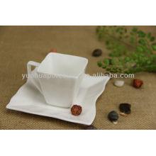 Xícara de chá de porcelana e pires