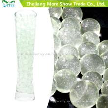 El brillo verde del agua del suelo cristalino rebordea la decoración de la boda