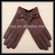 Señora de la manera que usa la fabricación del guante y tan Guantes de cuero