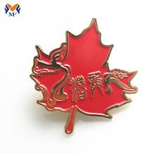Insignia de pin de hoja de arce roja de esmalte suave personalizada