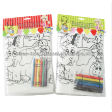 Niños de DIY que pintan la bolsa de cordón no tejida
