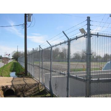 Забор из проволочной сетки с трехрядной колючей проволокой