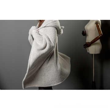 Couverture en fourrure unie en molleton shaggy avec capuche