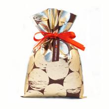 Goldene Kordelzug-Plastiktüte zum Verpacken des Valentinstagsgeschenks