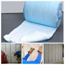 Soprando lã de fibra de vidro solta soprada em isolamento