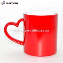 Copo mágico da caneca sensível ao calor do revestimento lustroso da cor vermelha, caneca mágica personalizada