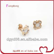 Menina fresca e alegre com brincos de aço inoxidável em forma de flor, brincos flor de ouro para as mulheres